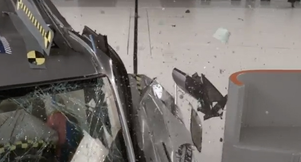 Small overlap crash test stymies most midsize SUVs - IIHS News